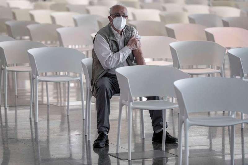 Una persona tras vacunarse contra la covid-19 en la Ciudad de las Artes y las Ciencias de Val�ncia. EFE