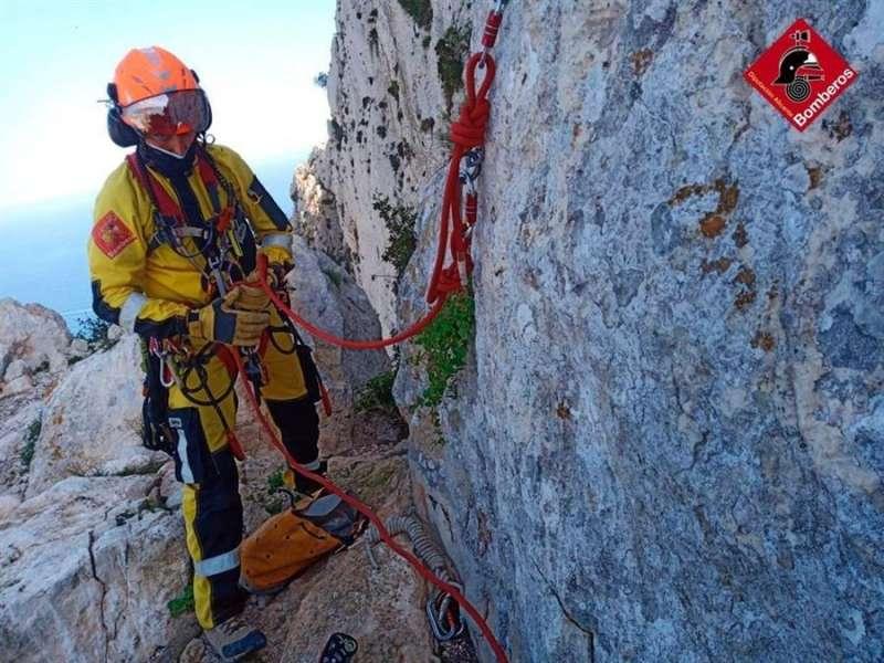 Imagen cedida por el consorcio provincial de bomberos de Alicante de un miembro del equipo de rescate. EFE