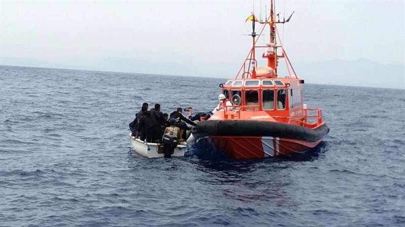 Fotografía de la Guardia Civil del rescate de inmigrantes. EFE/Archivo