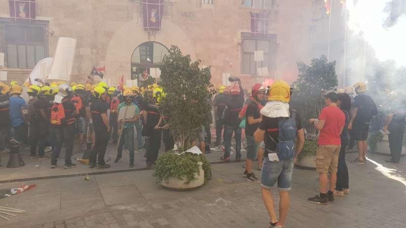 bomberos concentrados frente al Palacio de la Generalitat. EPDA