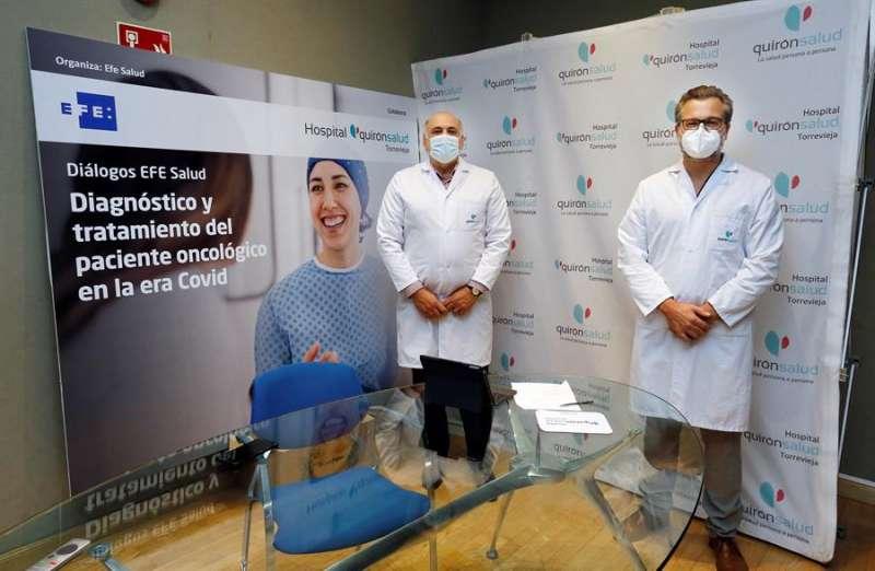 El jefe de Cirugía Oncológica de Quirónsalud Torrevieja y Alicante, Pere Bretcha (d), y el especialista en Oncología de Quirónsalud Torrevieja Joseba Rebollo, durante el Foro EFE Salud