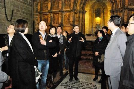 Representantes de las comunidades católicas chinas en la Catedral de Valencia. Foto Miñana/AVAN