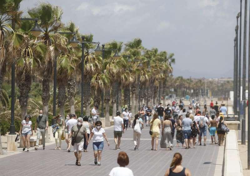 Gente en el paseo marítimo de Valencia./PDA