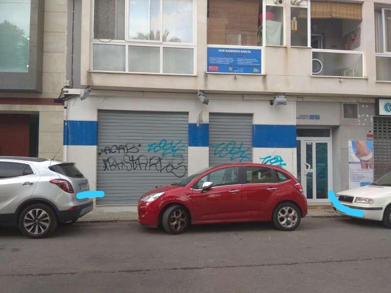 Pintadas en la fachada de la sede del PP. EPDA