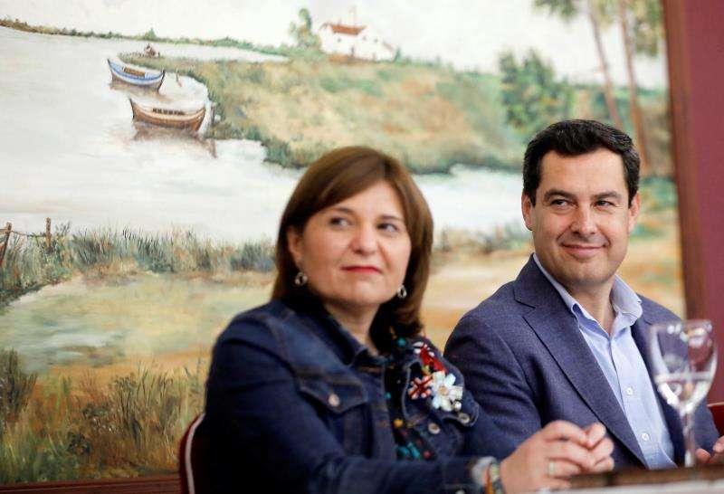 La presidenta del PPCV, Isabel Bonig (i), y el presidente de la Junta de Andalucía, Juanma Moreno. EFE