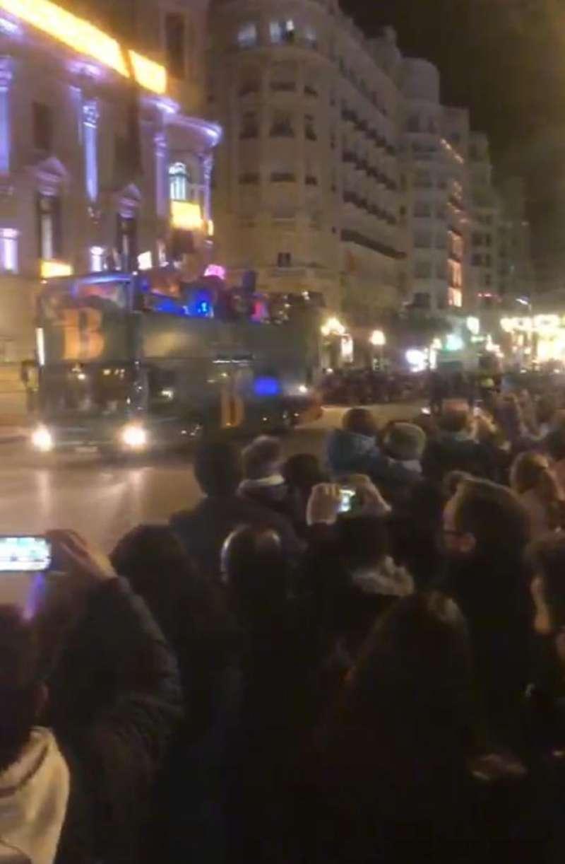 Centenares de personas en la Plaza pasadas las 19 horas. FOTO EXTRAÍDA VÍDEO JOSÉ GONZÁLEZ