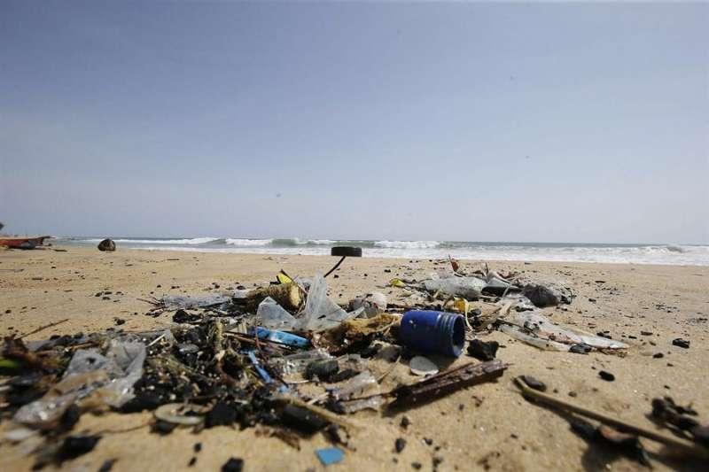 Imagen de basura acumulada en una playa. EFE/Archivo