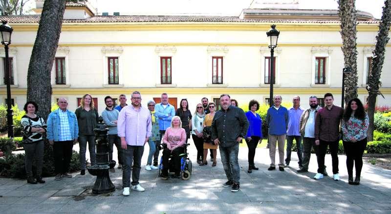 Vicent Conejero y Manolo García, con el resto de integrantes de la lista. / epda