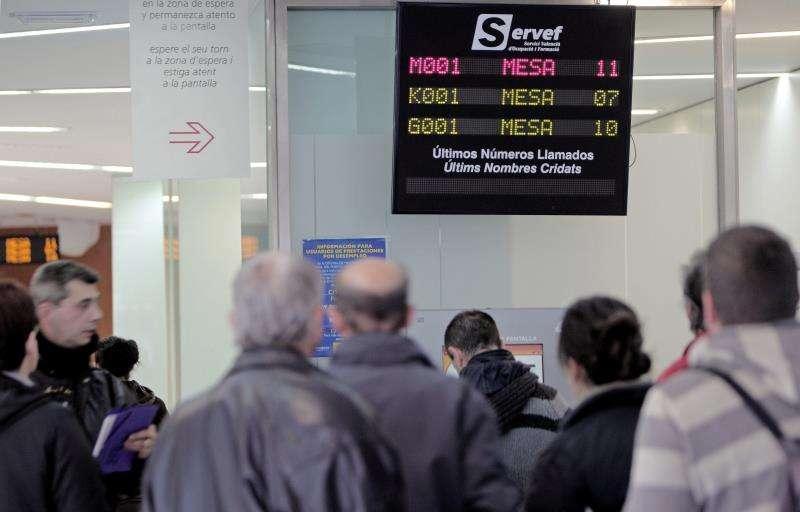 Un grupo de personas espera su turno en una oficina del servicio valenciano de empleo. EFE/Archivo