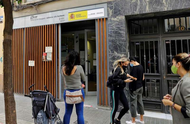 Varias personas hacen cola a las puerta de una oficina del Servicio Valenciano de Empleo y Formación (Servef), a la espera de ser atendidas con cita previa. EFE