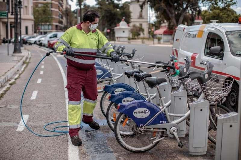Un operario realiza labores de limpieza en una estación del servicio de alquiler de bicicletas Valenbisi. EFE