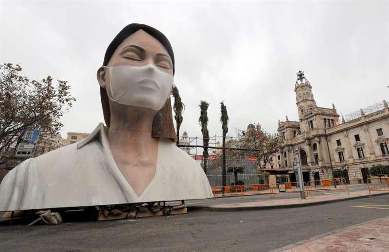 Imagen del remate de la fallas del Ayuntamiento de Valencia, sin quemar y sin gente a su alrededor. EFE
