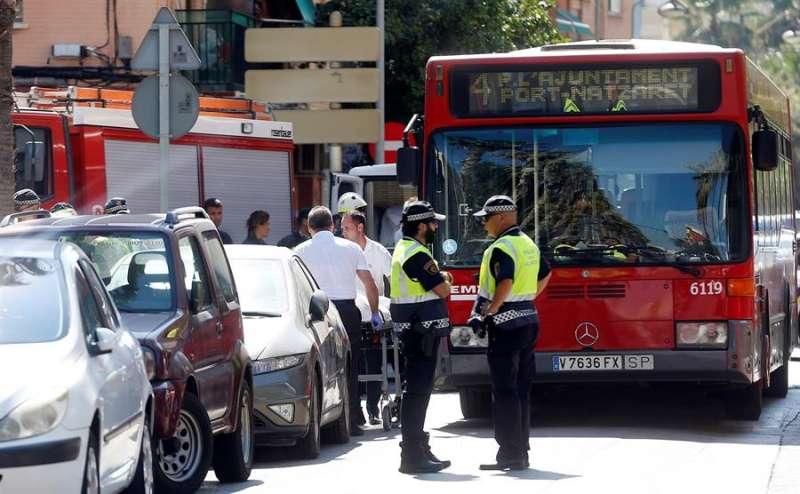 Imagen de archivo de un accidente en el que se ha visto implicado un autobús de la EMT en València. EFE/Kai Försterling/Archivo