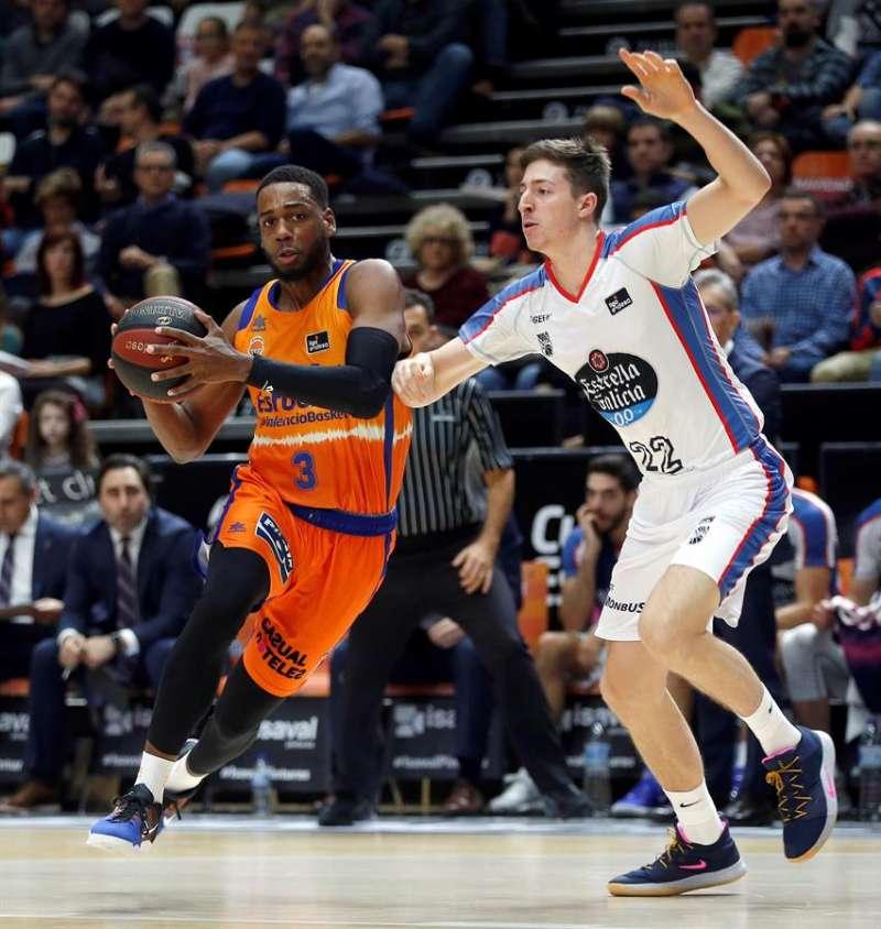 El escolta del Valencia Basket Jordan Loyd (i) disputa la posesión con el alero del Monbus Obradoiro Álvaro Muñoz. EFE/Miguel Ángel Polo