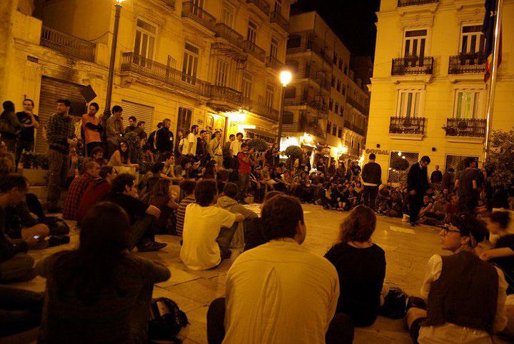Acampados frente al Parlamento valenciano. FOTO WWW.ACAMPADAVALENCIA.NET