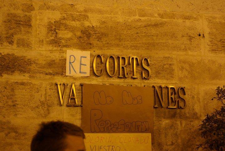 Los indignados bromean sobre les Corts. FOTO WWW.ACAMPADAVALENCIA.NET