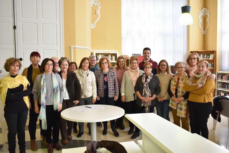 Miembros del ayuntamiento y asociaciones en la firma del documento. -EPDA
