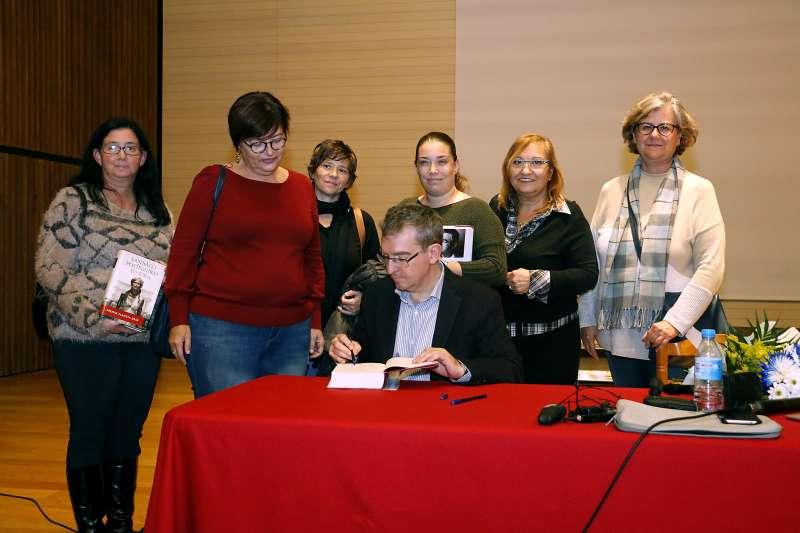 Santiago Posteguillo, en la firma de libros. EPDA