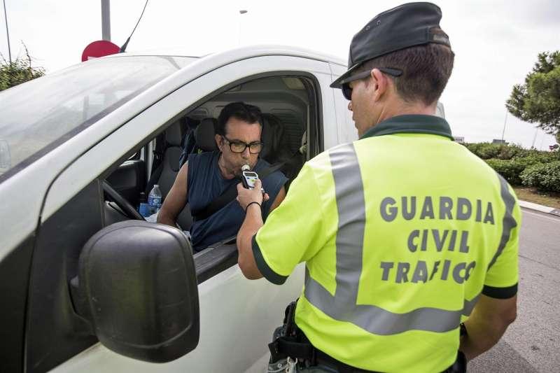 Un conductor se somete a una prueba de alcoholemia.