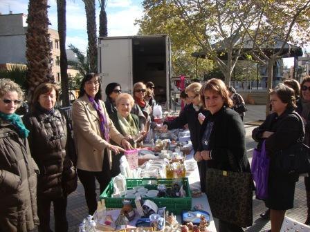 Visita de Conxa García al mercado solidario. Foto: EPDA.