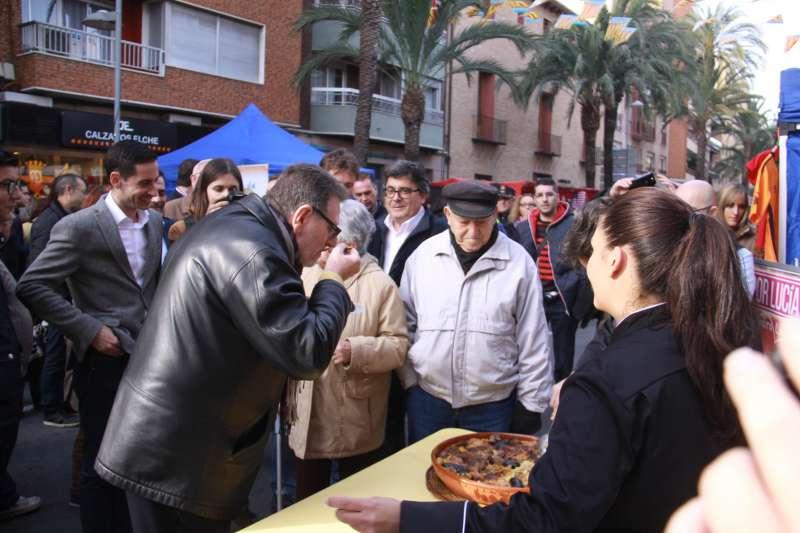 El alcalde de Torrent, junto a los vecinos en la festividad de Sant Blai. //EPDA