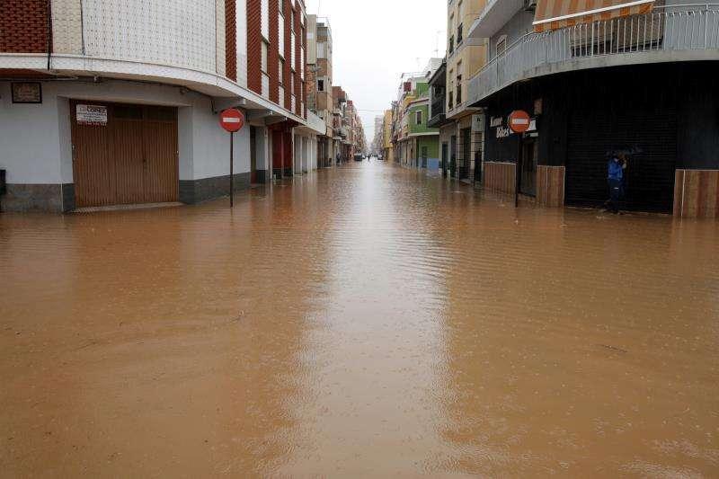 Las fuertes lluvias caídas durante la pasada noche y madrugada en la comarca valenciana de la Ribera han alcanzado la intensidad de torrenciales, que han provocado desbordamiento de barrancos y cortes de carreteras.En la imagen el barrio de les Basses de Alzira .EFE