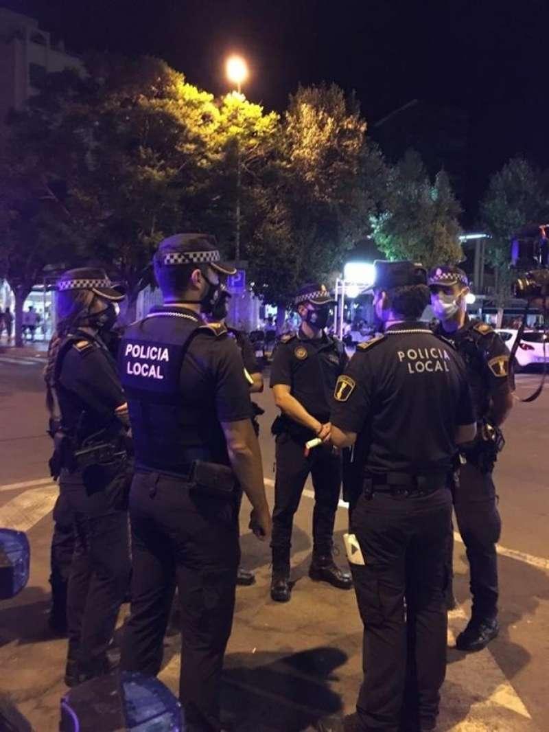 Imagen de agentes de la Policía Local durante el dispositivo. EFE/Ayuntamiento Alicante