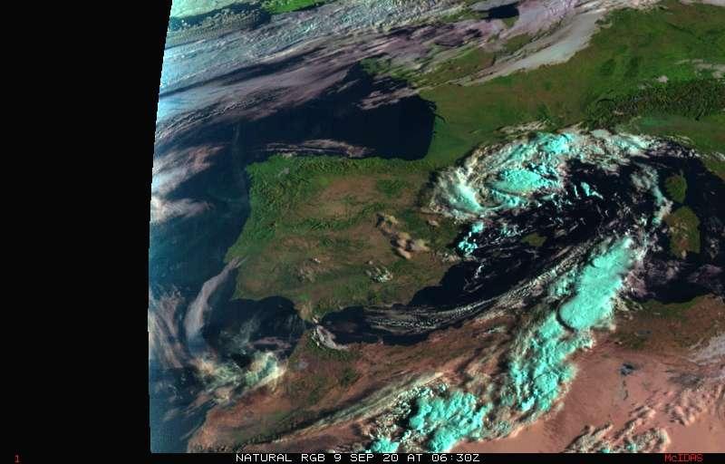En la imagen visible con realce de color natural se aprecia la sombra de la nube sobre València.