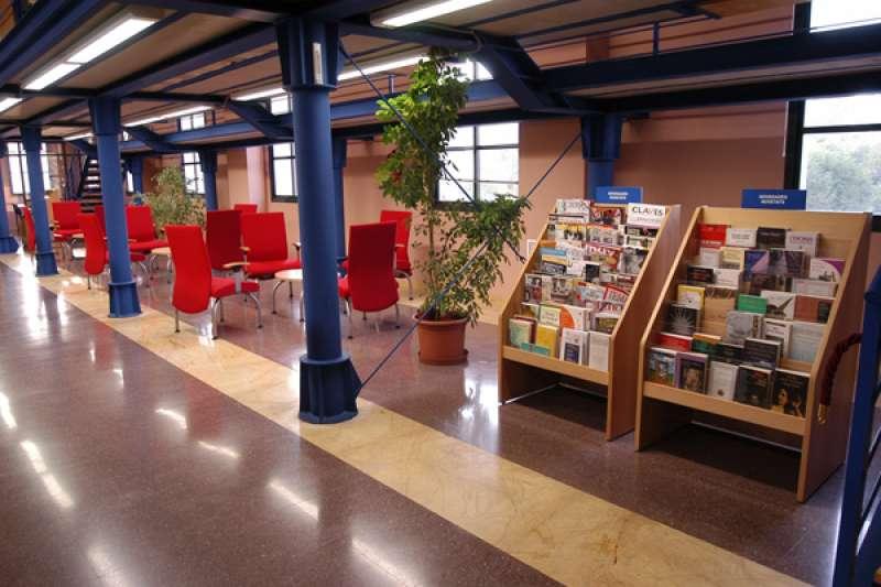 Sala de lectura de la biblioteca del centro cívico Jardines del Antiguo Sanatorio. / EPDA