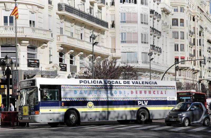 Autobús de la Policía Local pintado con el lema