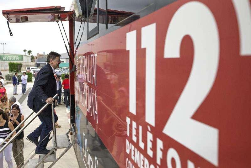 El president de la Generalitat, Ximo Puig, subiendo a un camión del Centro de Emergencias-112 de l