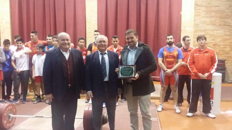 El director y periodista Pere Valenciano recogió la placa de manos del presidente del club del máximo dirigente de la federación española