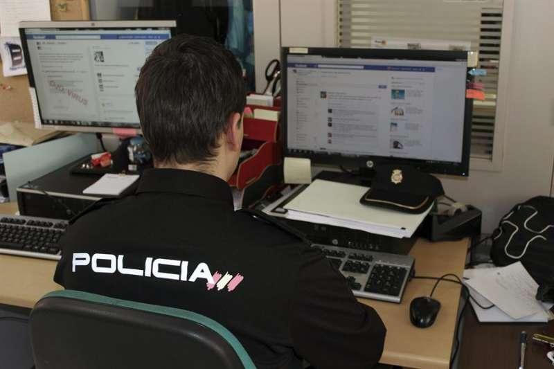 Un agente de la Policía Nacional investiga una página de internet. EFE/Archivo