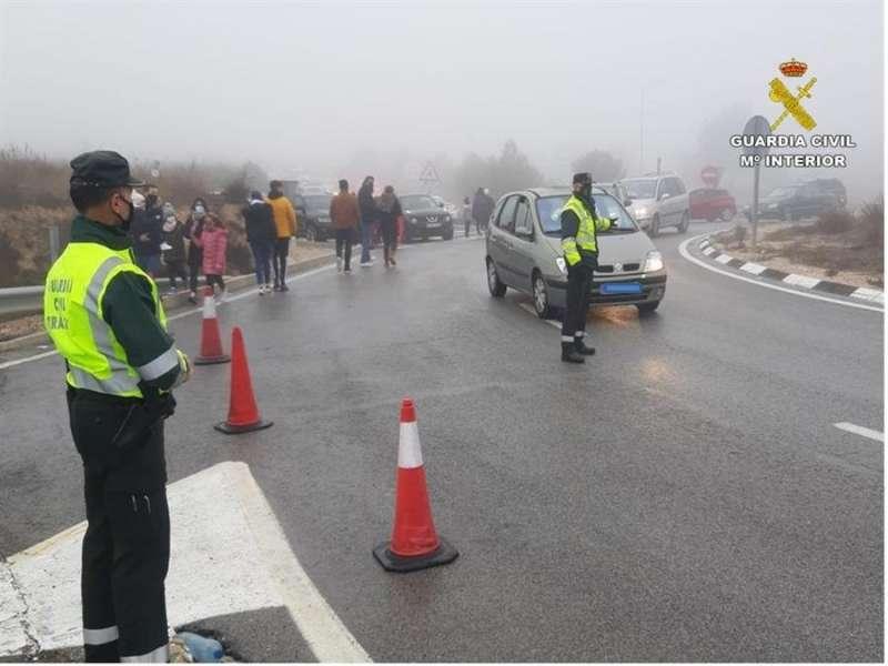 Foto cedida por la Guardia Civil de un control para impedir el acceso de excursionistas a puertos de montaña para ver la nieve.