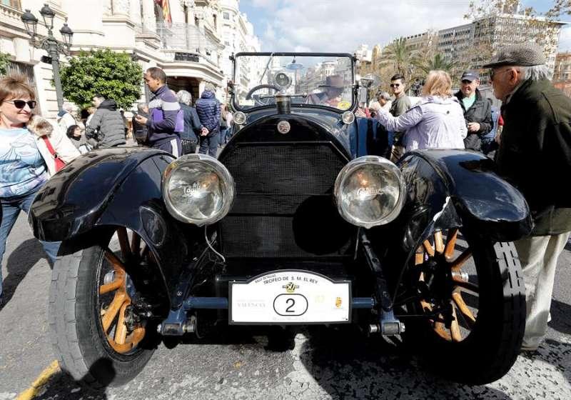 Un Cadillac de 1917 espera la salida en la Plaza del Ayuntamiento de Valencia.EFE/ Juan Carlos Cárdenas