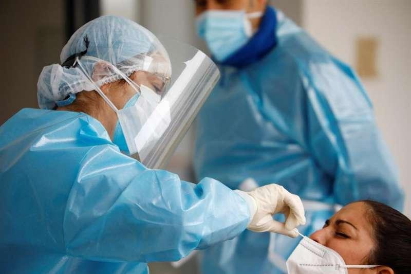 Personal sanitario realiza test de cribado masivo. EFE/Salas/Archivo