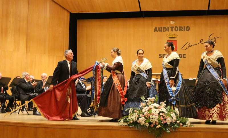 La reina Rubicos impone una corbata a la bandera del CEAM