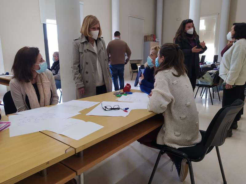 La alcaldesa da la bienvenida a los participantes en el taller de empleo. / EPDA