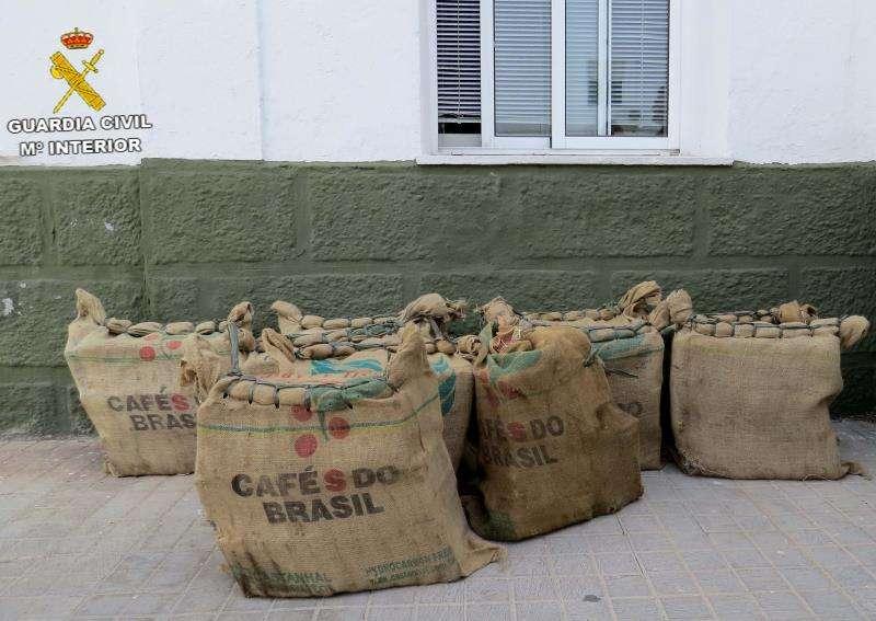 La Guardia Civil, en colaboración con la Agencia antidroga de EEUU (la DEA), ha intervenido 300 kilos de cocaína que estaban en un contenedor procedente de Brasil que había entrado en España a través del puerto de València y que fue interceptado cuando fue depositado en una nave industrial de una empresa del municipio castellonense de les Alqueries. EFE/ Guardia Civil