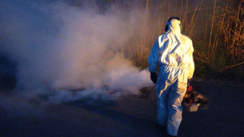 Fumigación contra los mosquitos.