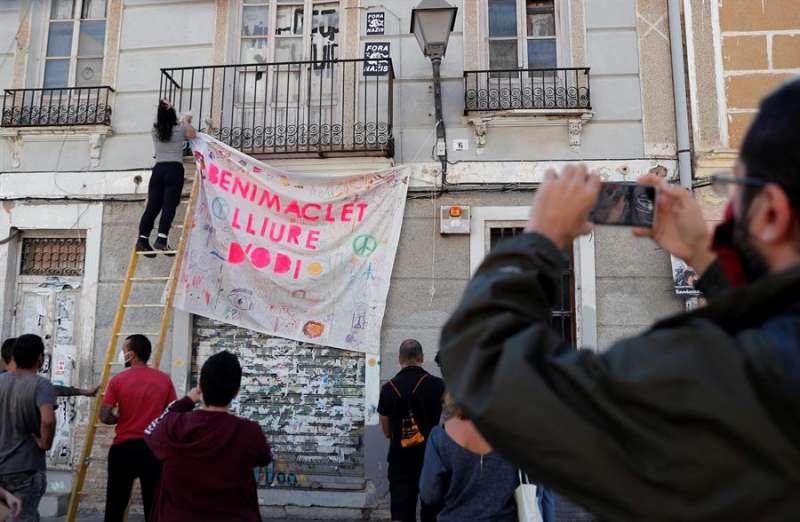Vecinos de Benimaclet cuelgan una pancarta con el lema