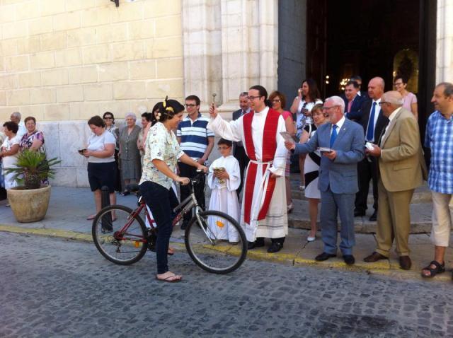 Una fallera bendiciendo su bicicleta. FOTO: EPDA