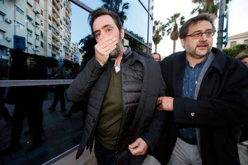 Miguel López (i), yerno de María del Carmen Martínez, viuda del expresidente de Caja Mediterráneo (CAM) Vicente Sala, asesinada en diciembre de 2016, sale del juzgado tras ser declarado