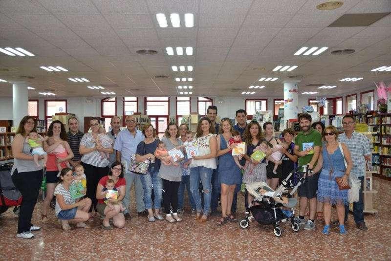Alcalde i regidors de Massanassa amb els pares i mares dels nous nascuts, a la Biblioteca Municipal. EPDA