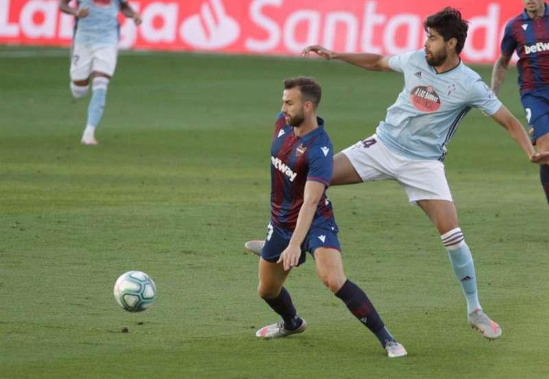 El delantero del Levante Borja Mayoral (i) intenta controlar el balón ante el defensa mexicano del Celta, Araujo. EFE/Archivo