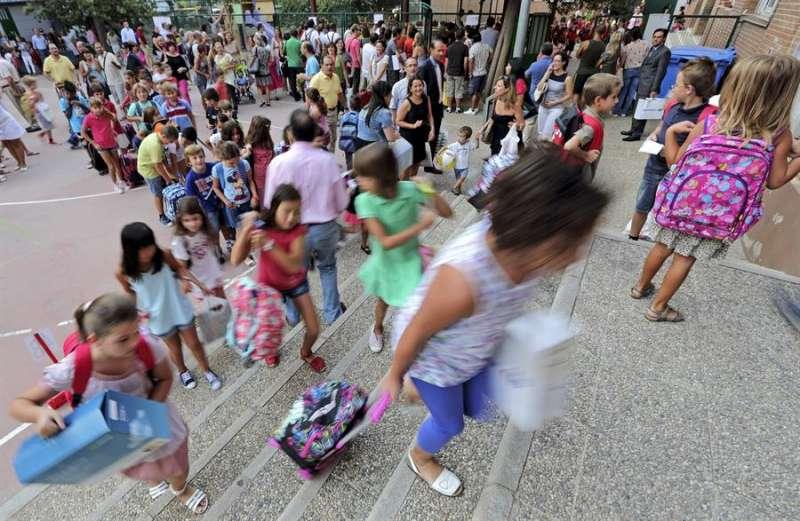 Grupo de escolares a la puerta de un colegio. EFE/Archivo Manuel Bruque