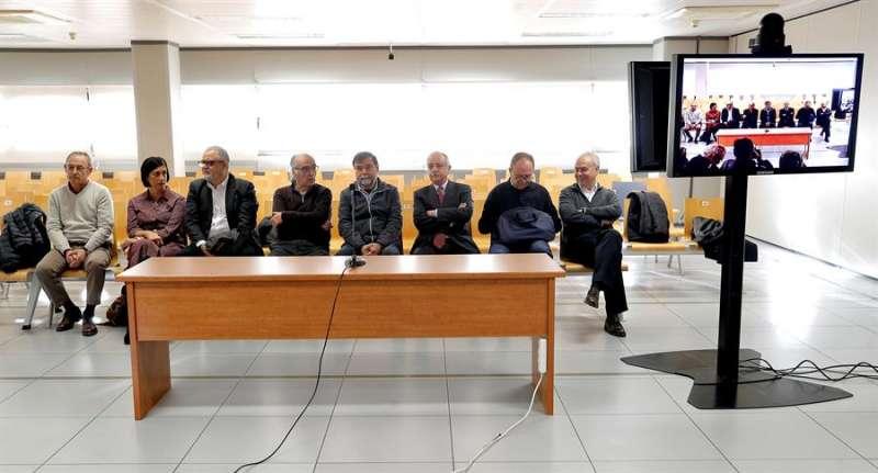 Los ocho exdirectivos de Ferrocarrils de la Generalitat sentados en el banquillo de los acusados. EFE/Manuel Bruque