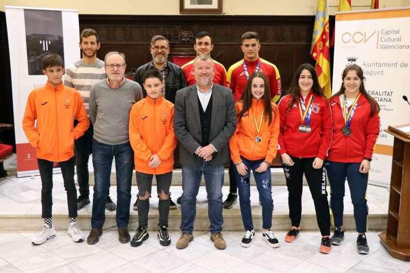 El alcalde de Sagunto y el concejal de Deportes junto a los jóvenes deportistas del Club de Lluita Camp de Morvedre