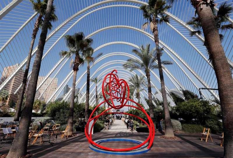 Vista general de la escultura conmemorativa en memoria de los fallecidos de la Comunitat Valenciana por la covid-19. EFE