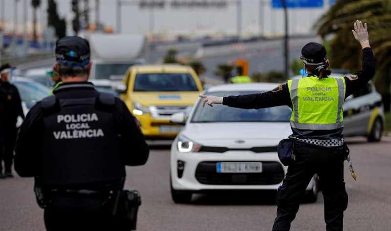 Una agente de la Policía Local da el alto a un conductor, en un control realizado en una de las entradas a València, en una imagen reciente. EFE/Manuel Bruque